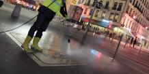 Campagne de communication à l'occasion du match OL/OM, en décembre 2013. L'eau à haute pression, pompée dans le Rhône, permet de nettoyer le sol et de marquer grâce au pochoir.