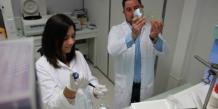 Franck Gallardo, fondateur de la biotech, et sa collaboratrice Eloïse De Milly © photo ITAV / Gaël Esteve