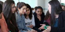 Lycéennes en discussion avec une jeune ingénieure (lycée Alain Borne à Valence).