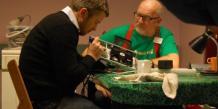 Un bénévole effectue la réparation d'un appareil hi-fi, dans le cadre d'une session de réparations dans un Repair Café, à Amsterdam. Une idée parmi d'autres pour prolonger la durée de vie des objets et s'inscrire dans la tendance profonde de production et consommation durables.
