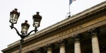 La Bourse de Paris rechute, l'économie mondiale inquiète à nouveau