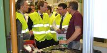 Kevin O'Neill (au centre) cet après-midi à GFT à Blanquefort aux côtés de Christophe Baptiste, directeur de l'usine, à qui il s'adresse.