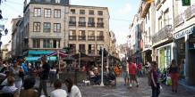 A Saint-Etienne, la rue des Martyrs de Vingré réunit la jeunesse stéphanoise.
