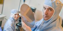 """François Rivet présente un """"wafer"""", galette composée de puces dessinées par l'IMS et gravés par STMicroelectronics. Chaque millimètre carré des circuits que comporte cette galette supporte 1 milliard de transistors."""