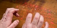 Clavier numérique visuel sur tableau de bois par Teemu Mäntynen