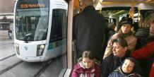 Le transport public est financé par une contribution publiqueet par la vente des billets achetés par l'utilisateur de transport.