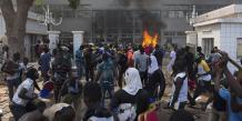 Les manifestants mettent le feu au Parlement burkinabé à Ougadougou.