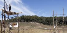Associations et élus écologistes s'opposent à la destruction de 13 hectares de zone humide et dénoncent le coût du futur barrage, évalué à 8,4 millions d'euros.