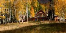 Le ranch avec vue sur les montagnes rocheuses est situé à moins de 15 minutes des pistes de ski.