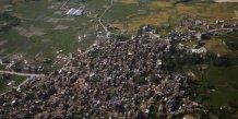 Une centaine de corps retrouves dans un village devaste du nepal
