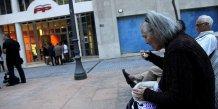 Vieille femme mangeant une soupe en Espagne (seuil pauvreté)