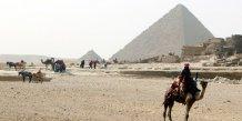 Deux policiers abattus pres des pyramides de guizeh en egypte