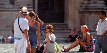 Des touristes devant le musée du Louvre à Paris. zoet via Flickr. CC License by.