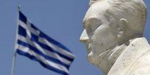 Une statue grecque devant un drapeau