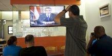 Des Portoricains devant la télévision alors que le gouverneur de Porto Rico Garcia Padilla  annonce que le pays va bientôt faire défaut sur sa dette