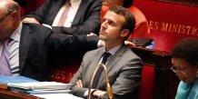 La loi macron adoptee apres le rejet de la motion de censure contre le gouvernement