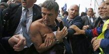 Le DRH d'Air France Xavier Broseta protégé après son agression par des salariés le 5 octobre