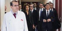 Le Premier ministre Manuel Valls et la ministre des Affaires sociales et de la Santé Mairsol Touraine lors d'une visite à l'hopital de la Pitié-Salpétrière à Paris en février 2015