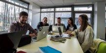 Les étudiants entrepreneurs peuvent échanger leurs idées dans l'espace coworking de l'incubateur de Savoie Technolac.