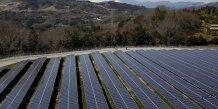 Des panneaux solaires au Japon avec le Mont Fuji en arrière plan