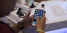 Un homme inspecte un iPhone 6 Plus de la marque Apple dans un magasin d'électronique à Mumbai en Inde le 23 juillet 2015