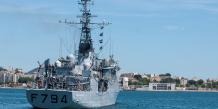 Le vaisseau de la Marine française EV Jacoubet  au port de Toulon avant son départ vers les recherches du vol MS804 d'EgyptAir le 21 mai 2016