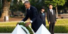Le président américain des États-Unis Barack Obama dépose une germe sur le mémorial de la paix à Hiroshima au Japon le 27 mai 2016