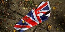 Un drapeau britannique froissé par la pluie dans les rues de Londres le 24 juin 2016 après le Brexit