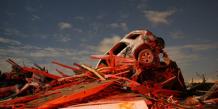 Une carcasse de voitures sur une pile de débris après le passage d'une tornade à Washington dans l'Illinois en novembre 2013