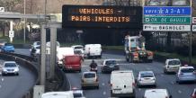 Paris circulation alternée: sur le périphérique parisien, panneau indiquant que véhicules pairs interdits pendant l'épisode de pollution du lundi 23 mars 2015