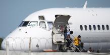 Des enfants immigrés débarquent d'un avion à San Salvador après avoir été expulsés des États-Unis