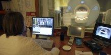 Un radiologiste procède à une IRM à l'hôpital Ambroise Pare de Marseille en 2008