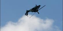 Un hélicoptère Tigre de l'armée de l'air française effectue une figure à l'occasion du Salon du Bourget, le 16 juin 2009
