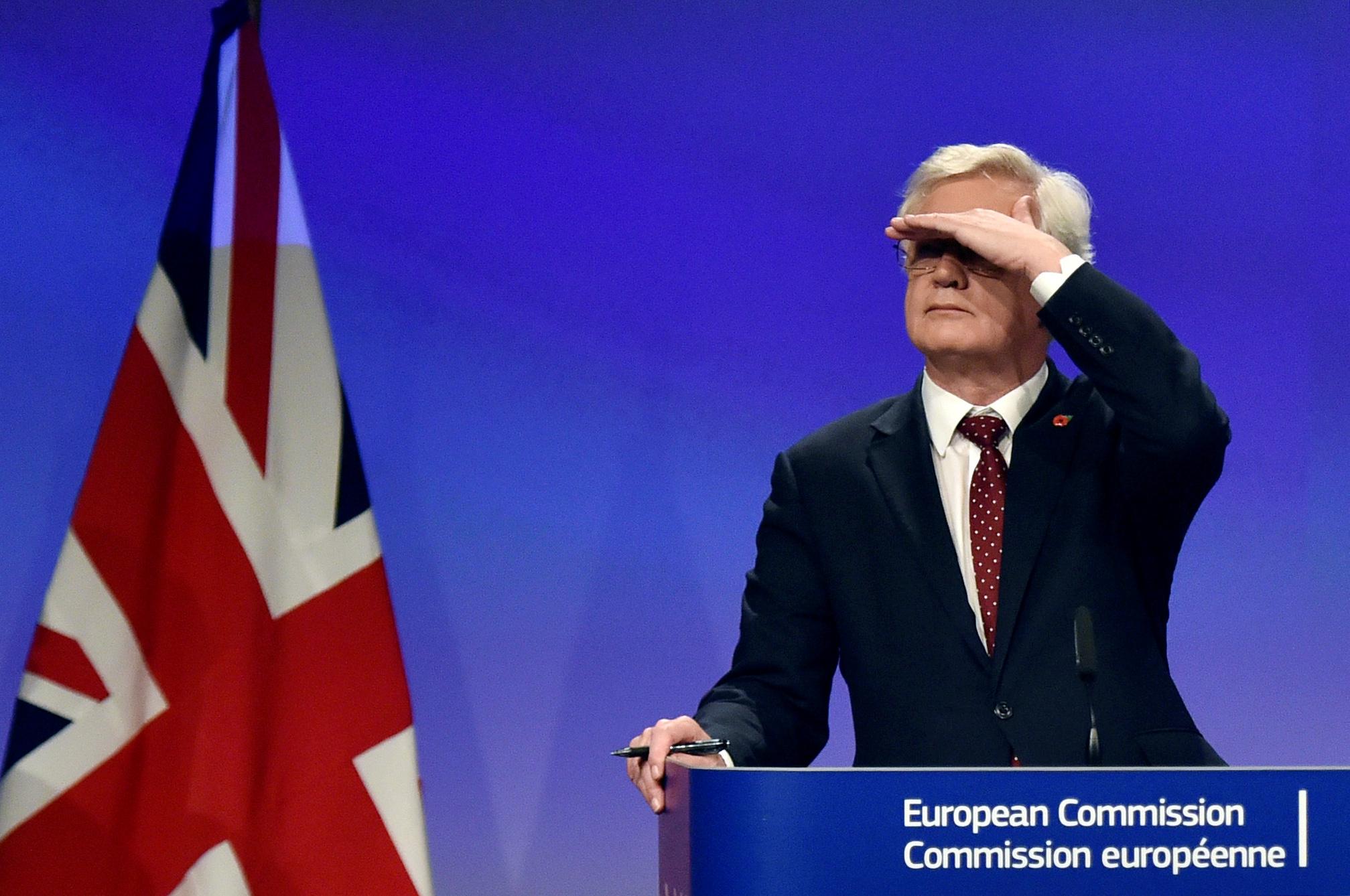 """Le ministre chargé du Brexit David Davis démissionne, les """"Brexiters"""" applaudissent"""