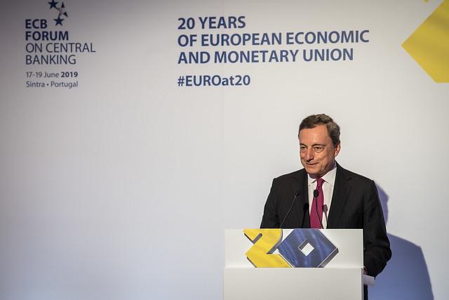 BCE : Draghi évoque une baisse des taux, Trump peste contre l'euro faible