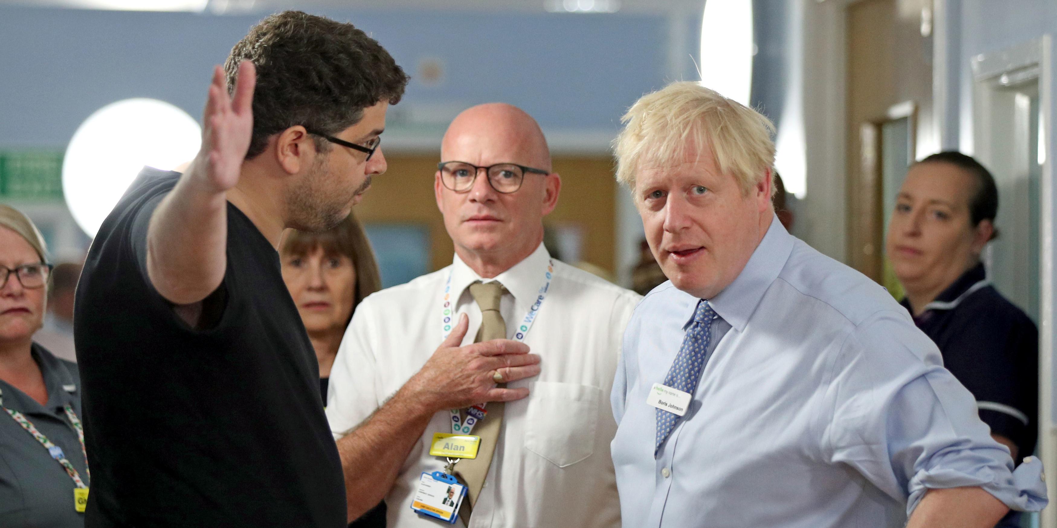 Boris Johnson pris en flagrant délit de mensonge face à un père de famille à l'hôpital