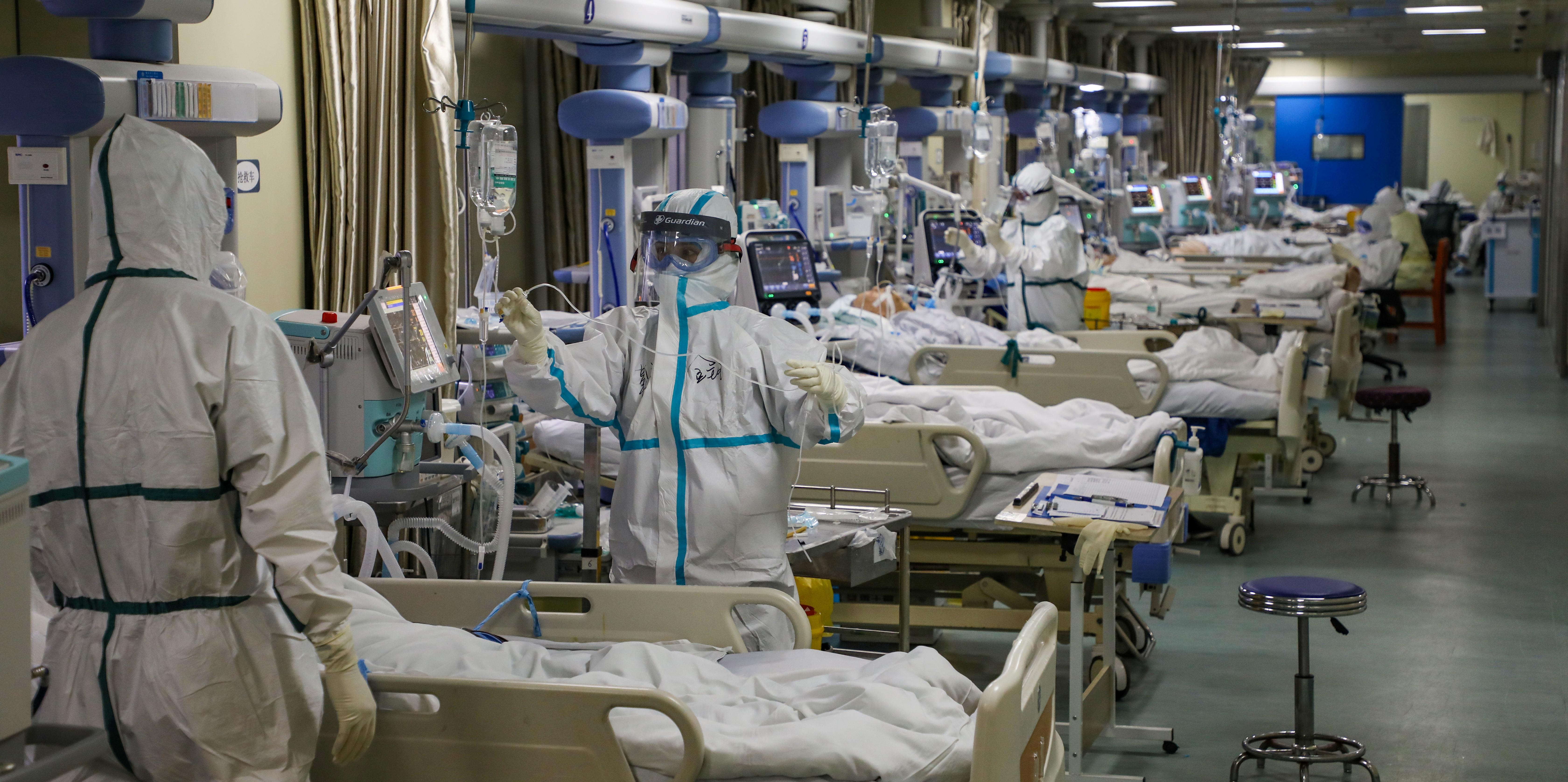 Coronavirus: plus de 900 morts ce lundi, le bilan du SRAS dépassé, l'OMS envoie ses experts en Chine