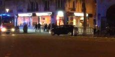 Vendredi à 22h09, à l'angle du boulevard Voltaire et du passage Saint-Pierre Amelot (ruelle qui longe le côté du Bataclan), le photographe de l'agence Magnum, Patrick Zachmann, filme les premiers échanges de tirs entre la police et les terroristes de Daech. (Source légende : avec Paris Match)