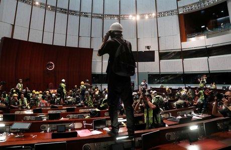 Des manifestants forcent l'entree du parlement de hong kong