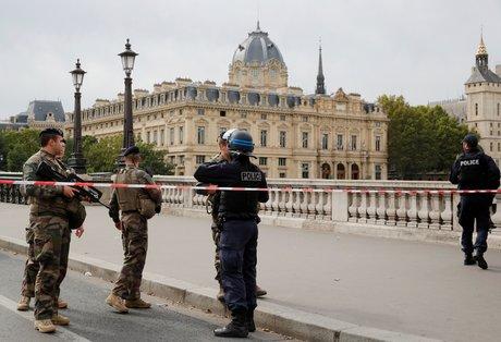 Cinq arrestations apres l'attaque a la prefecture de police de paris