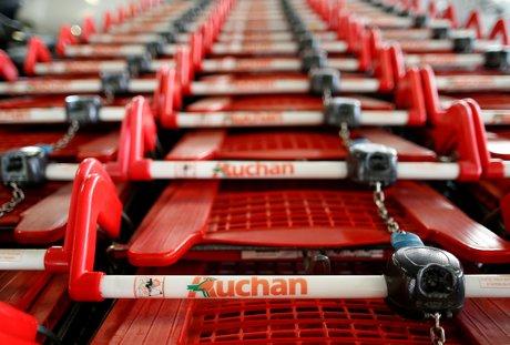 Auchan prevoit le depart d'au moins 1.000 salaries, selon la presse