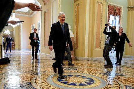 Mitch McConnell, chef de la majorité républicaine au Sénat, arrive pendant les négociations sur un plan de relance pour soutenir l'économie face à la pandémie de coronavirus