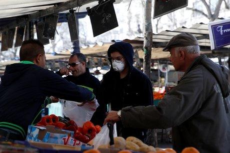 Coronavirus : des gens achètent des fruits et légumes au marché de Bastille, à Paris