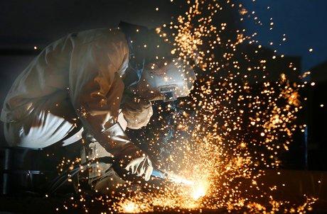 Coronavirus : un ouvrier travaille sur une ligne de production dans une usine en Chine