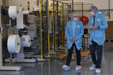 Coronavirus : Emmanuel Macron visite une usine de masques près d'Angers