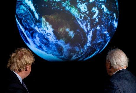 Le premier ministre britannique Boris Johnson (à g.) durant une conférence sur la COP26, au Science Museum de Londres, le 4 février 2020