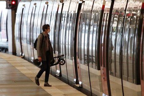 Transports : un homme portant un masque s'apprête à entrer dans un RER en station Gare du Nord, à Paris, le 27 avril 2020