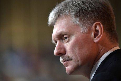 Dmitri peskov, porte-parole du kremlin, devant la presse au sujet d'une prolongation du traite start sur le controle des armes strategiques signe avec la russie