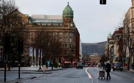 Londres et l'ue doivent trouver une solution au protocole nord-irlandais, dit johnson a macron