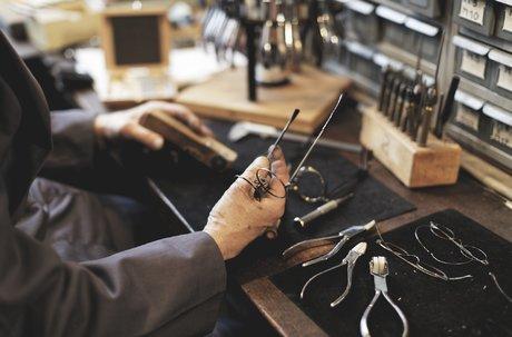Atelier Bourgeat (Jura), qui relance une production locale de monture de lunette, avec une dizaine de salariés.